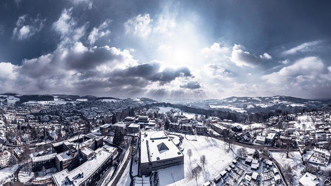 Blick von oben auf die Universität St.Gallen und die Stadt St.Gallen